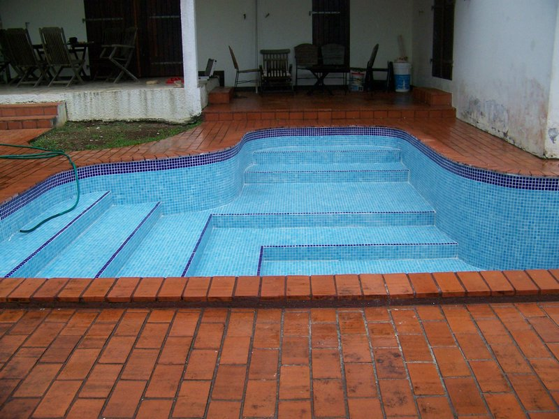 Materiales y acabados para piscinas costa rica for Mano a mano piscinas